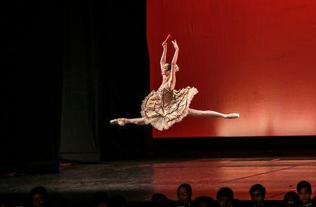 'Man nhan' voi nhung tao hinh trong dem Paris Ballet - Anh 9