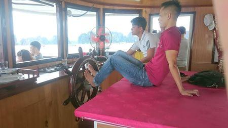 Hanh khach hu via vi lai tau bang... chan tren Vinh Ha Long - Anh 3