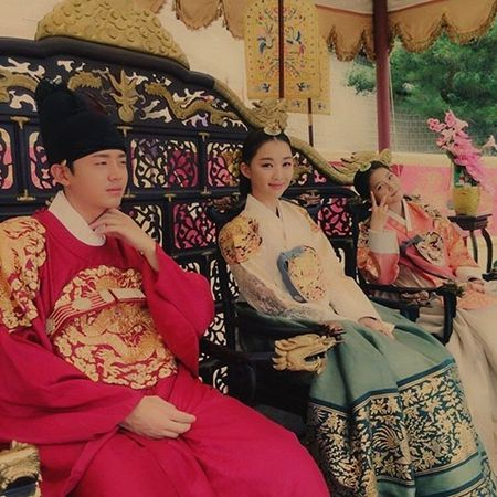 Sao Han 8/7: Tiffany bi nghi 'dim' dan chi, Victoria khoe chan trang nuot - Anh 3