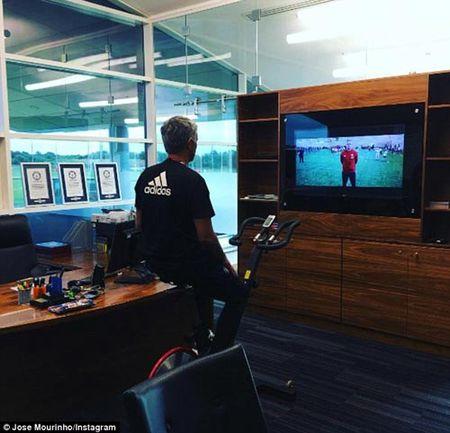 MU: Mourinho khoe 3 ki luc Guiness o phong lam viec - Anh 1