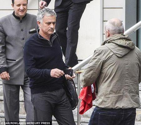 MU: Mourinho khoe 3 ki luc Guiness o phong lam viec - Anh 2