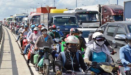 Container 'dien' huc vang nhieu phuong tien tren xa lo - Anh 3