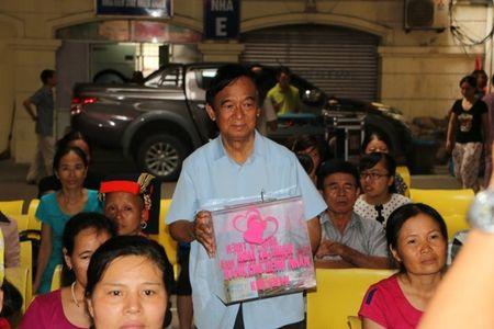 "Giao su Nguyen Lan Dung ""xin tien"" ung ho benh nhan ngheo - Anh 3"