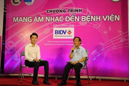 "Giao su Nguyen Lan Dung ""xin tien"" ung ho benh nhan ngheo - Anh 4"