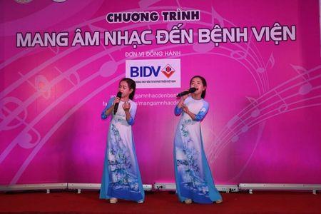 "Giao su Nguyen Lan Dung ""xin tien"" ung ho benh nhan ngheo - Anh 5"