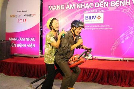 "Giao su Nguyen Lan Dung ""xin tien"" ung ho benh nhan ngheo - Anh 6"