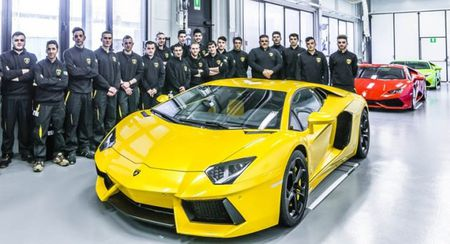 """Lamborghini lap ky luc ban sieu xe: Cu 2 tieng lai mot chiec """"xuat chuong"""" - Anh 1"""