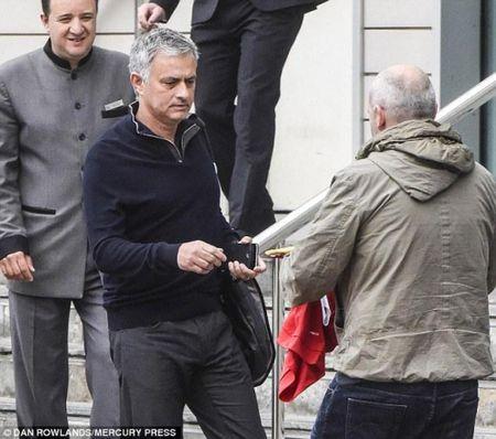 Mourinho khoe phong lam viec moi toanh tai dai ban doanh Carrington - Anh 1