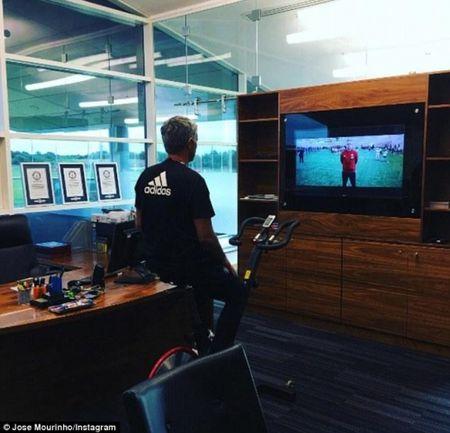 Mourinho khoe phong lam viec moi toanh tai dai ban doanh Carrington - Anh 3
