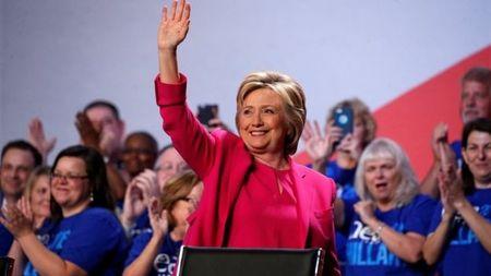 Ba Clinton van chua thoat be boi email - Anh 1