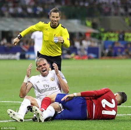Cuoc doi dau Ronaldo - Griezmann o ca Champions League va EURO: Cung 1 trong tai phan xu - Anh 2