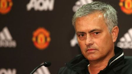 Mourinho bat hoc tro 'hanh xac', che co so vat chat cua Man United - Anh 1