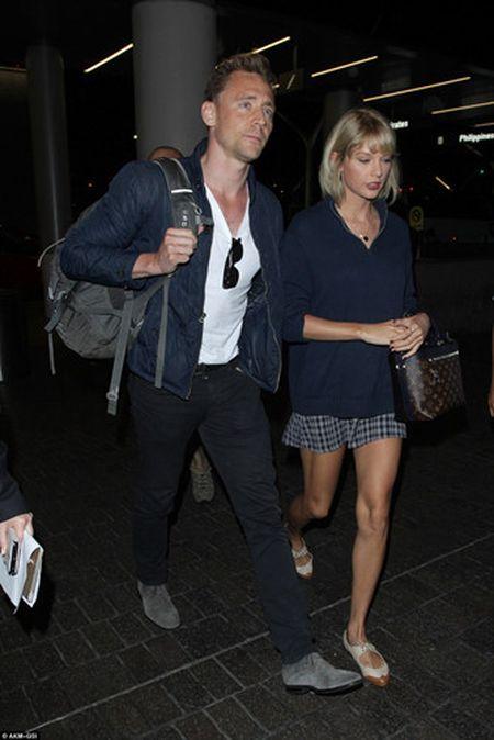 Taylor Swift va Tom Hiddleston bi bat gap tai san bay Sydney - Anh 11