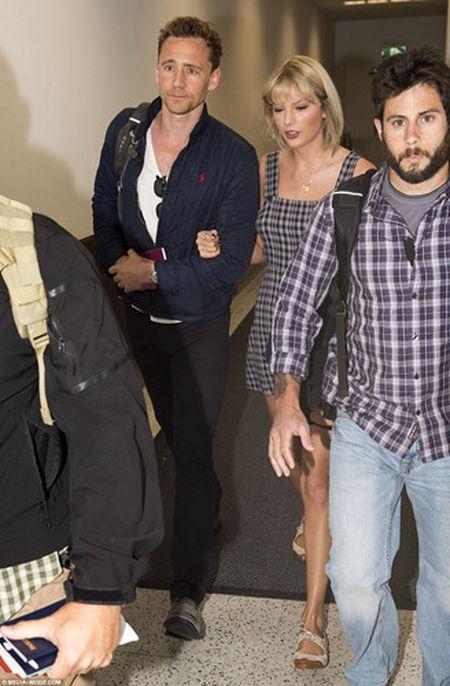 Taylor Swift va Tom Hiddleston bi bat gap tai san bay Sydney - Anh 1