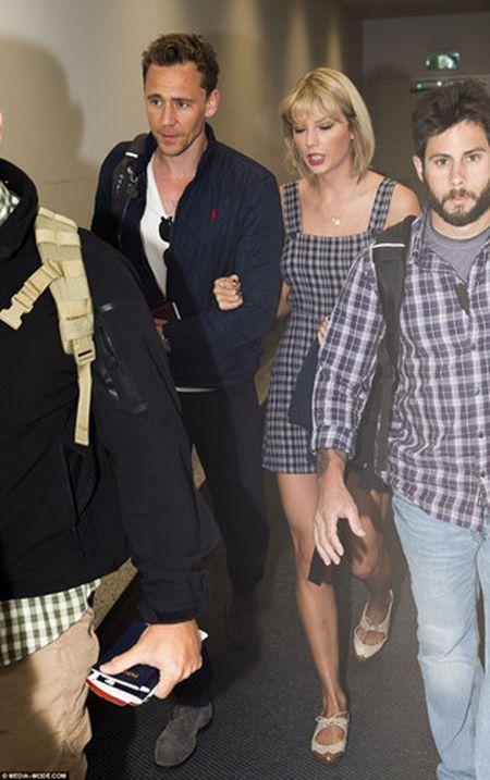 Taylor Swift va Tom Hiddleston bi bat gap tai san bay Sydney - Anh 2