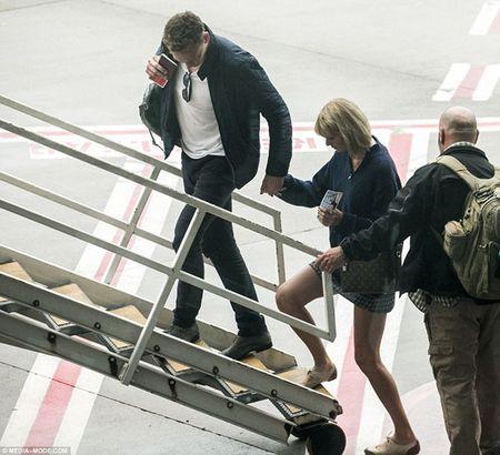 Taylor Swift va Tom Hiddleston bi bat gap tai san bay Sydney - Anh 9