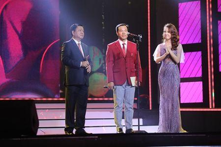 Bi thu Thang trao giai tai VTV Awards - Anh 2