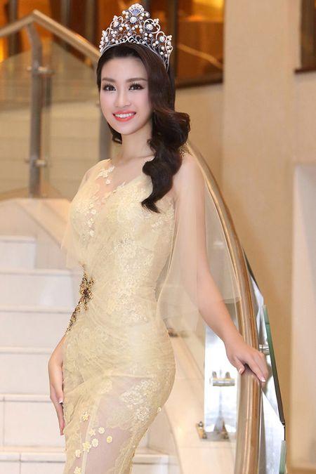 Hoa hau Do My Linh khoe dang chu S voi vay xuyen thau - Anh 3