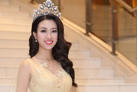 Hoa hau Do My Linh khoe dang chu S voi vay xuyen thau - Anh 5