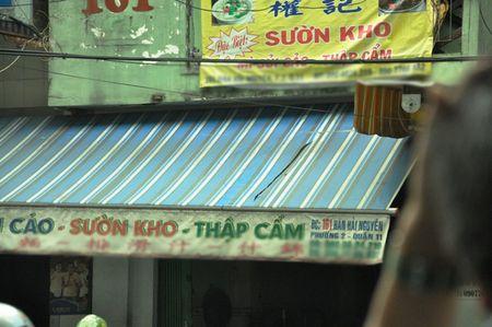 Co gai lao minh khoi 'bien lua', quan ao chay rui - Anh 2