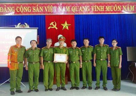 Khen thuong cac tap the, ca nhan co thanh tich xuat sac trong cong tac phoi hop chua chay - Anh 1