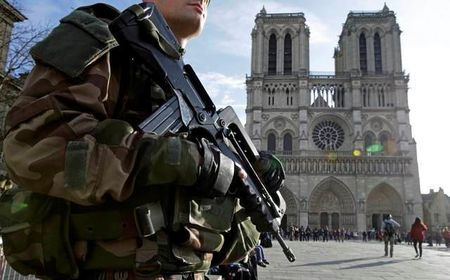 Phap: Bat hai cap doi de xe chua day binh gas gan nha tho Notre Dame - Anh 1