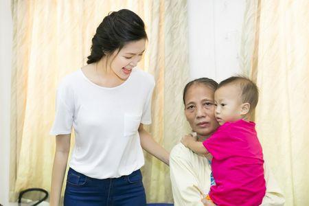 Hoa hau Thuy Dung khong kim duoc nuoc mat khi trao qua tu thien cho benh nhi - Anh 10