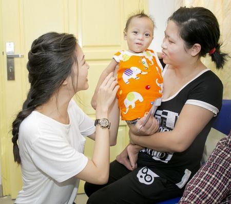 Hoa hau Thuy Dung khong kim duoc nuoc mat khi trao qua tu thien cho benh nhi - Anh 2
