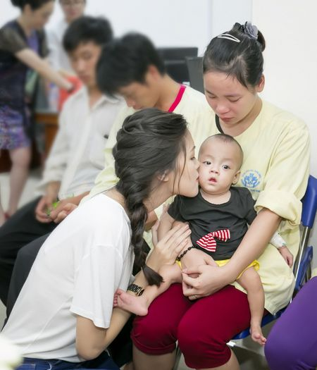 Hoa hau Thuy Dung khong kim duoc nuoc mat khi trao qua tu thien cho benh nhi - Anh 4