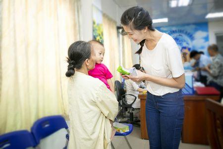 Hoa hau Thuy Dung khong kim duoc nuoc mat khi trao qua tu thien cho benh nhi - Anh 7