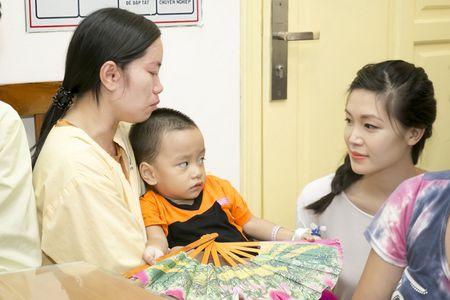 Hoa hau Thuy Dung khong kim duoc nuoc mat khi trao qua tu thien cho benh nhi - Anh 8