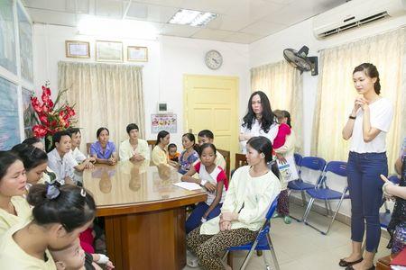 Hoa hau Thuy Dung khong kim duoc nuoc mat khi trao qua tu thien cho benh nhi - Anh 9