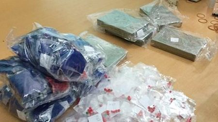 Bat nhom doi tuong van chuyen 8 banh heroin - Anh 1
