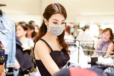 Hinh anh HH My Linh bit khau trang di mua do hot nhat MXH hom nay - Anh 6