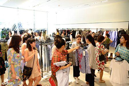 Hinh anh HH My Linh bit khau trang di mua do hot nhat MXH hom nay - Anh 9