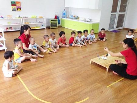 Bo sach Montessori cua 2 me Phap giup me Viet quang di noi lo hoc phi - Anh 1