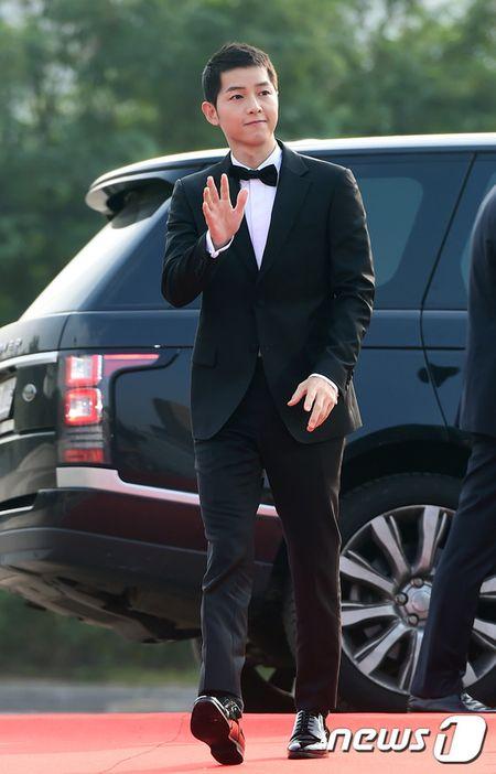 "Ngoi sao 24/7: Het dien trai, ""dai uy Yoo"" Song Joong Ki nhu ""ngo tau"" - Anh 1"
