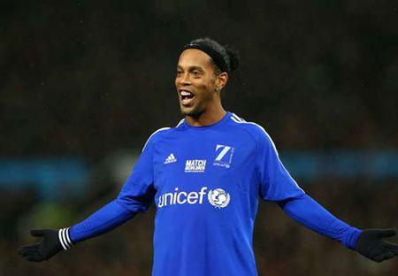 Ronaldinho tuyen bo ngay treo giay sau 18 nam ruc ro - Anh 1