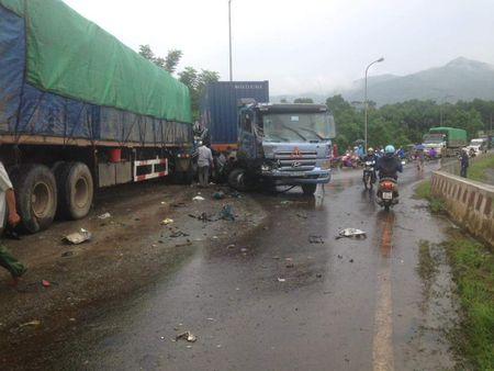 Hoa Binh: Tai nan tham khoc sau cu dam lien hoan cua container - Anh 2