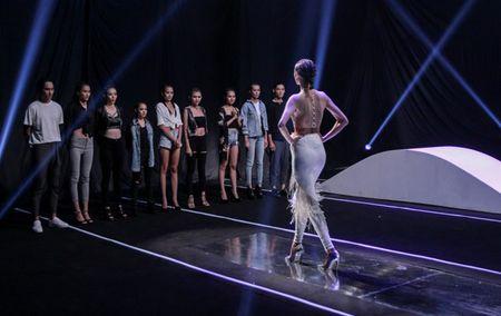 'Vietnam's Next Top Model': Top 9 thi nhau nga dau voi thu thach catwalk - Anh 4