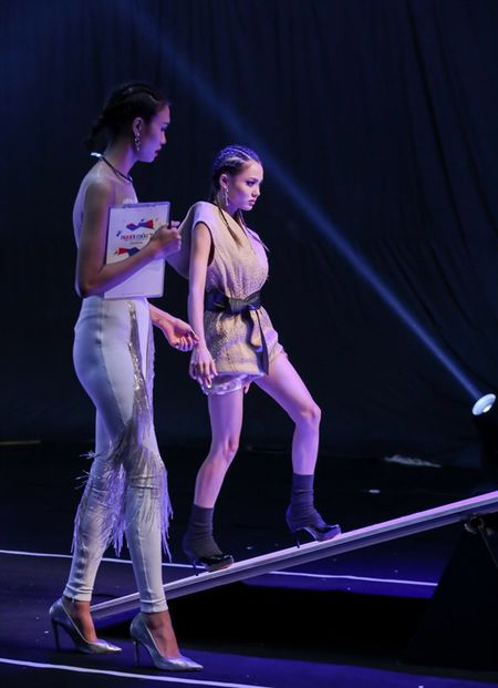 'Vietnam's Next Top Model': Top 9 thi nhau nga dau voi thu thach catwalk - Anh 6