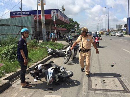 TP.HCM: O to dam hang loat xe may, nhieu nguoi bi thuong - Anh 1