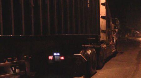 Dam vao banh sau container trong dem khuya, 2 nguoi nguy kich - Anh 1