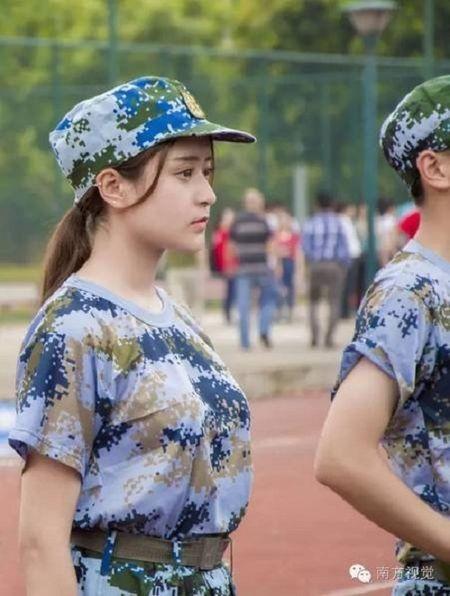 Nu sinh Trung Quoc da trang moi hong tren thao truong quan su - Anh 1
