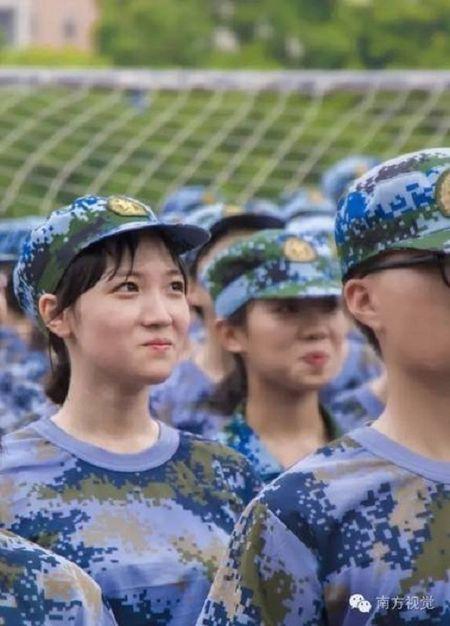 Nu sinh Trung Quoc da trang moi hong tren thao truong quan su - Anh 3