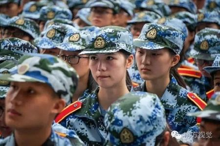 Nu sinh Trung Quoc da trang moi hong tren thao truong quan su - Anh 4