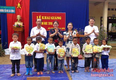 Cong doan vien chuc Nghe An: Hon 61 trieu dong qua tang cho hoc sinh ngheo mien Tay - Anh 1