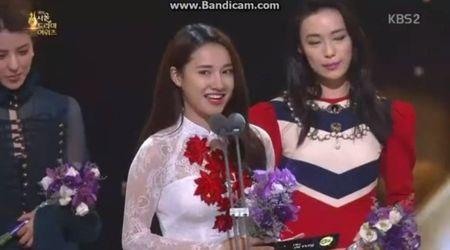Sau VTV Awards, Nha Phuong am tham nhan giai thuong lon tai Han! - Anh 1