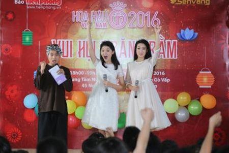 Hoa hau My Linh, A hau Thuy Dung vui trung thu cung cac em nho - Anh 2