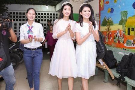 Hoa hau My Linh, A hau Thuy Dung vui trung thu cung cac em nho - Anh 3